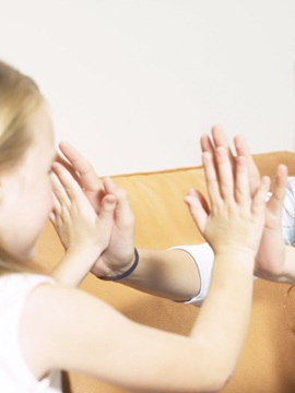 A Psicomotricidade é uma terapia de mediação corporal que incide sobre relação entre a motricidade e a vida emocional. Esta terapia pretende ajudar a criança a aumentar a consciência do seu corpo, procurando entender as interações entre a sua motricidade (variação do tónus, posturas e movimento) e o seu psiquismo (emoções, compreensão, imaginação e intenção).  O psicomotricista tem o papel de compensar uma problemática situada na convergência do psiquismo e do somático, intervindo sobre as múltiplas impressões e expressões do corpo, analisando o significado simbólico da ação.   <strong>Indicações</strong> • Dispraxia (descoordenação, dificuldades no planeamento gestual) • Perturbações do esquema corporal, imagem corporal, lateralização e estruturação espácio-temporal • Desarmonias tónico-emocionais • Instabilidade postural • Dificuldades de comunicação e de contacto • Inibição excessiva, hiperatividade e agressividade • Promoção da Auto-estima • Perturbações Regulatórias • Tiques, gaguez, mutismo seletivo • Dislexia, disortografia e discalculia (dificuldades na leitura, na escrita, e na matemática, alterações grafomotoras) • Perturbações do desenvolvimento • Défices da atenção, memória, organização percetiva e simbólica • Promoção do Desenvolvimento psicomotor   <strong>GERONTOPSICOMOTRICIDADE</strong>  A Gerontopsicomotricidade é a prática psicomotora dirigida ao idoso. Esta tem o papel de desenvolver a atividade percetivo-motora e relacional do idoso, de forma a retardar os processos de deterioração psicobiológica, comumente relacionados com a perda de autonomia e motivação.   O Psicomotricista utiliza técnicas de relaxação, expressão corporal e plástica, atividades de equilíbrio e coordenação, de praxia fina e global e de estimulação mnésica com intuito de permitir ao idoso a redescoberta do seu corpo e do seu movimento, imprescindíveis para a sua autonomia. O Psicomotricista permite assim consciencializar a pessoa idosa para as suas competências, potencializando