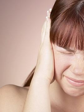 """A pessoa é avaliada face aos sintomas somáticos que apresenta, como coração a bater depressa, falta de ar, desequilíbrios, sensação de desmaio, acompanhada ou não de sensação de morte iminente ou medo que algo muito grave possa suceder.  Em geral, a avaliação clínica não revela qualquer doença física e é explicado ao paciente que não tem nada, que se trata de ansiedade ou """"dos nervos"""".  O paciente fica mais tranquilo no imediato, mas continua com o problema e novas crises se seguem, repetindo-se o mesmo comportamento e resultados da avaliação.  Nesta altura, o paciente recorre a consultas médicas, faz exames clínicos (que estão normais) e fica de novo aliviado, podendo ou não ser medicado com ansiolíticos.   Face a novas crises, os exames são repetidos ou então inicia-se recurso a várias consultas médicas na expectativa de encontrar a solução ou a explicação orgânica para o que está a acontecer. Infelizmente, este trajecto nalguns casos pode demorar meses ou anos, até à obtenção do diagnóstico de Perturbação de Pânico ou outro e recorrer a consulta de especialidade de psiquiatria para avaliação e tratamento.  <strong>Afinal o que é o Pânico?</strong>  O Pânico é um ataque agudo de ansiedade, acompanhado de sentimento de morte iminente e perda total de controlo. Caracteriza-se por medo intenso e sintomas físicos associados.  O ataque de pânico é um período intenso, súbito, paroxístico, de grande medo ou mal-estar, acompanhado por sintomas somáticos ou cognitivos como, tremores, palpitações, suores, calor e frio, dificuldade em respirar, sensação de falta de ar, dor no peito, tonturas, medo de perder o controlo, medo de enlouquecer, medo de morrer.  O ataque de pânico aumenta rapidamente de intensidade e a pessoa sente-se em perigo ou medo intenso de que alguma coisa grave vai suceder.  Frequentemente a pessoa é acometida de ataque de pânico sem nenhum motivo aparente. Por vezes a pessoa entra em pânico ao enfrentar uma situação temida como falar em público, entrar nu"""