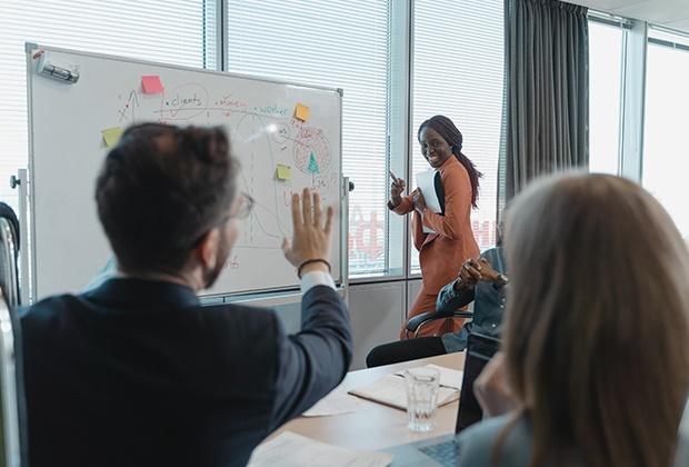 <b>Objectivos Específicos</b>    • Objectivos profissionais mais ambiciosos;  • Desenvolvimento estratégico das competências de liderança.  • Competências de Liderança melhoradas, bem como confiança e presença;  • Melhorar as capacidades persuasivas e de negociação, focada em resultados;  • Reconhecimento e recompensa por atingir os objectivos;  • Progressão na carreira, incluindo promoções e projectos mais ambiciosos;  • Aumentar a consciência organizacional e das relações interpessoais;  • Eficiência e produtividade melhoradas;  • Melhor capacidade de tomar decisões.