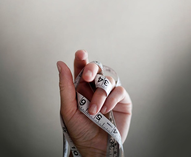 Os alimentos que ingerimos influenciam a nossa saúde e bem estar. O estilo de vida atual, caracterizado por um quotidiano cada vez mais dominado pelo stress e pelo pouco tempo disponível dedicado à preparação e consumo de cada refeição, leva a que sejam adotados hábitos alimentares pouco adequados. Ter uma alimentação saudável nem sempre parece tarefa simples e muitas vezes acaba-se por escolher alimentos pré-confecionados e prontos a comer que são pobres nutricionalmente, conduzindo também a uma alimentação monótona. Assim, uma alimentação inadequada associada a um estilo de vida sedentário são responsáveis pelo aumento de peso e consequente desenvolvimento de doenças crónicas, como a obesidade, doenças cardiovasculares, diabetes, cancro, entre outras. Muitas vezes, na presença de algumas doenças e toma de determinados medicamentos, reforça-se ainda mais a necessidade de uma intervenção nutricional no sentido de prevenir o aumento de peso e corrigir eventuais deficiências nutricionais.  Qualquer pessoa, de qualquer idade, beneficia de uma consulta de nutrição, uma vez que a melhoria dos hábitos alimentares permitirá otimizar o estado de saúde. No entanto, existem determinadas situações em que o apoio nutricional é fundamental, tais como: • Excesso de peso/obesidade • Magreza • Obstipação (prisão de ventre) • Diabetes mellitus • Doenças cardiovasculares / hipertensão arterial / dislipidemias (alterações do colesterol e triglicerídeos) • Ácido úrico elevado • Insuficiência renal • Perturbações do comportamento alimentar (anorexia e bulimia nervosa) • Doenças digestivas • Alergias e intolerâncias alimentares • Gravidez • Desportistas • Vegetarianismo.  Na consulta de nutrição é feita uma análise detalhada dos hábitos alimentares, estilo de vida e história clínica. Efetua-se uma avaliação de medidas antropométricas (peso, altura, índice de massa corporal) e análise da composição corporal (quantidade de massa gorda e massa muscular). Desta forma é elaborado um plano ali