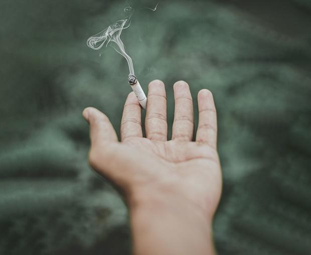 Geralmente quem quer deixar de fumar faz inúmeras tentativas, porém sem recorrer a ajuda especializada, o que leva frequentemente ao fracasso dessas tentativas.  Isso acontece porque fumar não constitui apenas um hábito, mas sim a dependência de uma substância - Nicotina.  As dificuldades em deixar de fumar são diferentes de pessoa para pessoa, pelo que o mesmo método pode ser bastante eficaz em alguns casos e ineficaz noutros.  Por este motivo, a Clínica de Saúde Mental do Porto disponibiliza dois tipos de programa para quem pretende deixar de fumar.  Programa de Cessação Tabágica Psicoterapêutico e Farmacológico  Um dos métodos combina a ajuda farmacológica com apoio psicológico focalizado em técnicas cognitivo-comportamentais para deixar de fumar.  Este programa é constituído por acompanhamento médico farmacológico e por 7 sessões semanais de psicoterapia mais 1 sessão aos 3 meses, 6 meses, 9 meses e 12 meses após a paragem.  Deste modo, o paciente é acompanhado até ao primeiro ano após o início do programa, com o objectivo de prevenção de recaída.  Programa de Cessação Tabágica por Acupunctura  O tratamento inicia-se com uma sessão de avaliação e prossegue com tratamentos semanais de Acupunctura.  O número de sessões é variável e estipulado na avaliação, consoante a quantidade diária de cigarros consumidos e a duração da dependência, sendo em média necessários apenas cinco tratamentos, ao ritmo de um por semana para se deixar de fumar.  O tratamento elimina os efeitos negativos presentes ao acto de se deixar de fumar, dos quais se destacam a fome, o nervosismo, a ansiedade, o stress, angústia, mau humor, irritabilidade, sintomas estes que são os responsáveis pela dificuldade em se deixar de fumar definitivamente.  A acupunctura tem uma resposta rápida e eficaz em 94% dos casos e é recomendada pela Organização Mundial de Saúde como a melhor terapia para o efeito.