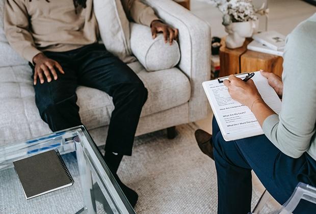 A intervenção psicológica especializada em diversos problemas psicológicos é um objectivo na qualidade dos serviços a prestar, como meio de intervir o mais precocemente possível e prevenir o adoecer psíquico ou a cronicidade, procurando sempre a restauração de um equilíbrio saudável.  • Psicoterapia Individual • Psicanálise • Terapia de Casal • Terapia Familiar • Consulta de pais