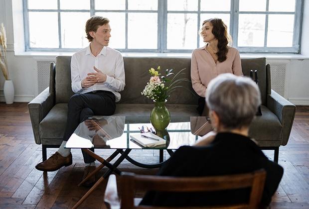 É fundamental que ambos os elementos do casal reconheçam a necessidade de efectuarem mudanças e que estejam disponíveis para o fazer.  Numa primeira fase, o psicoterapeuta identifica os problemas do casal e a (s) sua (s) origem (s), de modo a avaliar a viabilidade da terapia de casal e propor o método de tratamento mais adequado à situação do casal.  Nem sempre a terapia de casal é o método mais indicado para ajudar casais com dificuldades de relacionamento. Por vezes, torna-se necessário que um ou ambos os elementos do casal resolvam problemas individuais que podem interferir com a relação de casal.  Após a fase de avaliação, marcam-se sessões regulares, nas quais ambos os elementos do casal expressam as suas dificuldades, emoções e pontos de vista relativamente à relação. O psicoterapeuta intervém (com interpretações, reformulações, confronto, etc.), de modo a ajudar o casal a tomar consciência do que está a interferir negativamente no seu relacionamento, facilitando a comunicação e a aproximação entre o casal.  O foco da intervenção é a relação de casal, pelo que não é de esperar mudanças na personalidade de um ou ambos os elementos do casal através deste tipo de terapia.  É muito importante que o casal procure ajuda o mais precocemente possível, antes de chegar a uma situação de ruptura, que nem sempre pode ser revertida.  O deixar evoluir dos problemas, esperando que estes melhorem com o tempo, leva, frequentemente, à degradação progressiva e à destruição da relação.