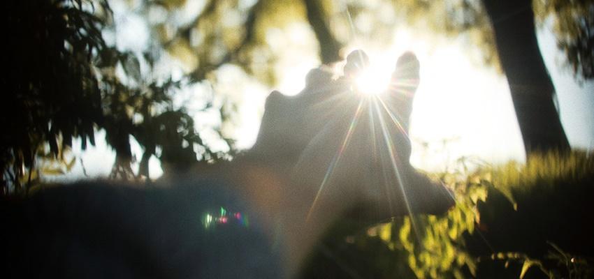 """<b>Reflexões sobre o momento e circunstancias presentes:</b>  O isolamento social como oportunidade de nos (re)encontrar-mos, por que ele não vai ser para sempre.  O isolamento físico é diferente do isolamento emocional.  Os tempos actuais obrigam-nos a olhar de frente para nós, sobre tudo para nossos medos e a forma como lidamos com eles. Entrámos em contacto """"directo"""" com as nossas fragilidades. Paradoxalmente, não estamos em tempo de fugir mas sim tentar aceitar as realidades externa e interna e procurar dar-lhes um sentido.  Este esforço pela procura de um sentido para o tempo actual reflecte-se na procura de informação através da televisão e internet, mas atenção, necessita de ser responsável na qualidade e quantidade. Por isso, deve selecionar o essencial e a um período do dia, evitando a contaminação tóxica da nossa mente ou dependência da mesma. O efeito de alarme e ansiedade pode despertar comportamentos ou atitudes focadas em prever sobre o que aí vem e/ou controlar tudo á volta.  Neste tempo presente pode sentir medo, pânico, angústia, desespero, revolta, momentos de grande preocupação e revolta. Porque pouco controlamos. Porque estamos a correr risco de vida. Porque as notícias e os números são dolorosos. Porque estamos a lidar com a morte. Porque temos de lidar com a incerteza, com o desconhecido, o sem rosto, o invisível, o desconhecido, o sem rumo. Porque tememos pelo bem estar dos nossos familiares e amigos, e até dos que nem sabemos quem são. Porque tememos a perda. Porque tememos pela nossa sobrevivência pessoal, familiar, social e económica. Pelo presente incerto, pelo futuro imprevisto. Pelo risco do que ainda não sabemos ou conhecemos. Ainda.  Mas tudo vai passar e esperemos com lições aprendidas para o Homem e Humanidade.  Inclua no dia a dia tambem o que mais gosta em casa.  Mantenha o contacto não presencial com as pessoas, converse, partilhe.  Mantenha actividades fisicas diarias em casa dentro do que for possível.  Cuidar da casa, vestir-se"""